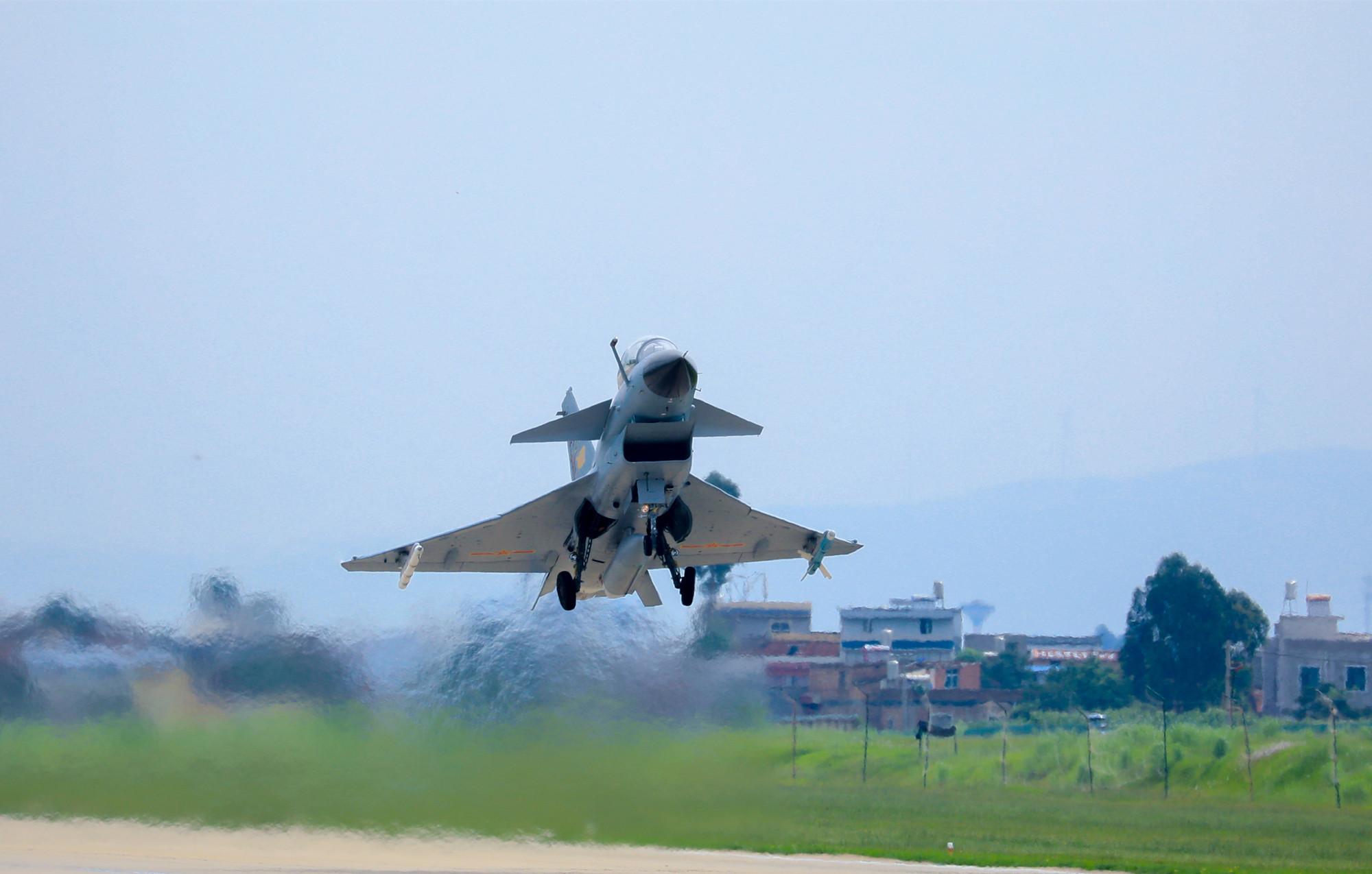 """歼10战机,而以色列的""""幼狮""""与南非的""""猎豹""""战机虽然也是鸭式布局,但是图片"""