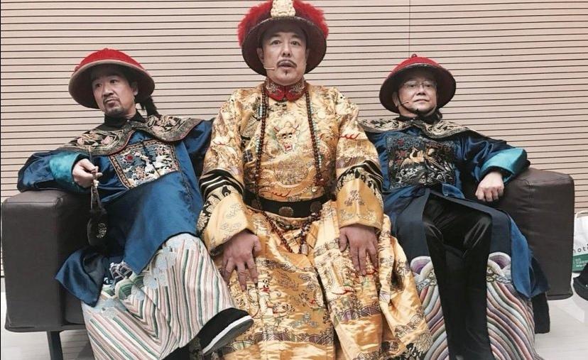 张国立王刚张铁林现身看戏,61岁邓婕素颜陪夫老态尽显北京地铁10号线二期