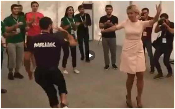 俄外交部美女发言人新年晚会大秀舞技,俄网友