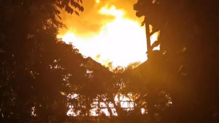 海口花卉大世界一木屋火灾 146名消防员紧急赶赴现场处置