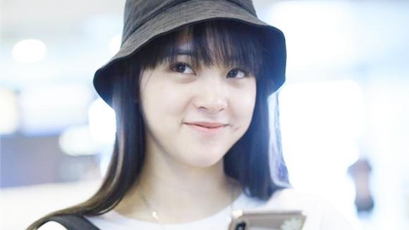 都说欧阳娜娜齐刘海最清纯,看到关晓彤齐刘海,才知啥叫少女脸图片