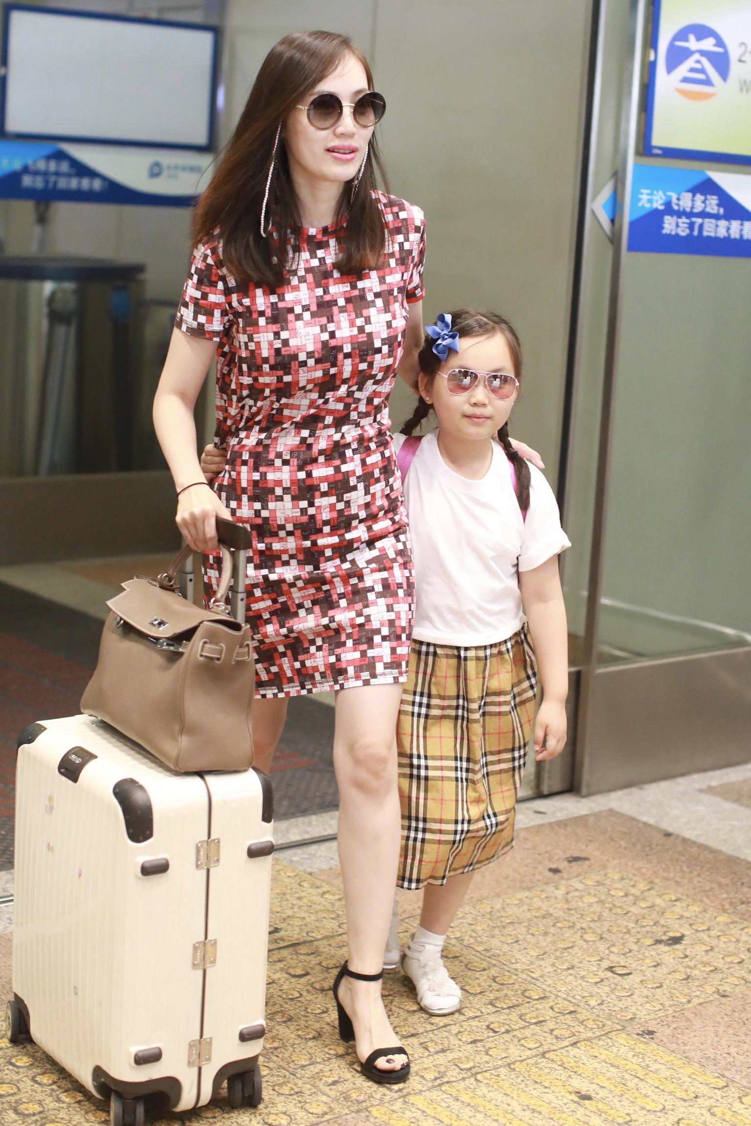 马蓉 王宝强 女儿 耳钉 王子珊 网友 ic 机场 墨镜 母亲 马蓉带 悼念 穿着 父亲 白色 近照...