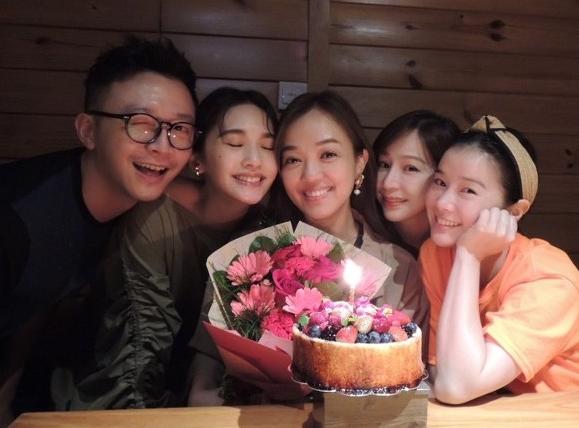 楊丞琳合體王心凌現身聚會現場 為閨蜜慶41歲生日