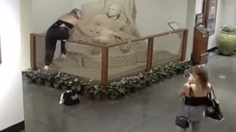 过分!无故砸坏酒店沙雕 两名女子被警察盯上了
