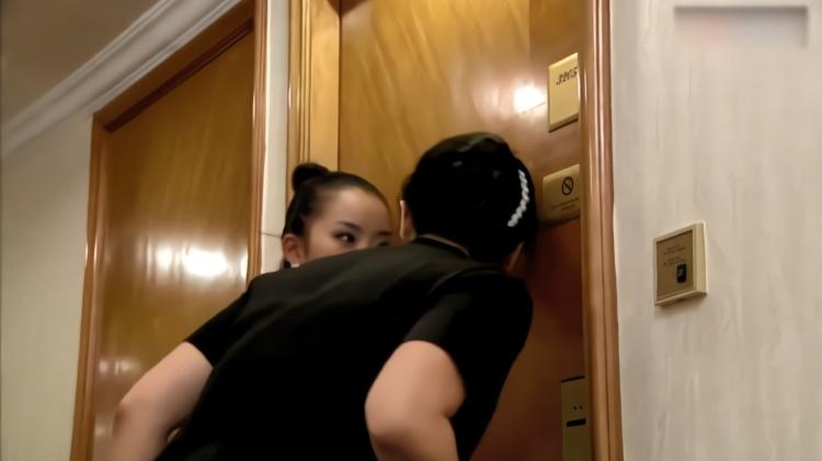 伦理:妻子看见闺蜜和丈夫去酒店,带着婆婆去抓人,一开门看懵了
