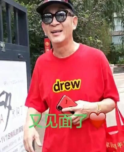 60岁六小龄童上街被偶遇,红彤彤打扮超时髦,手提袋亮了