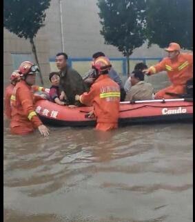 大雨加泄洪200人被困 淄博消防员