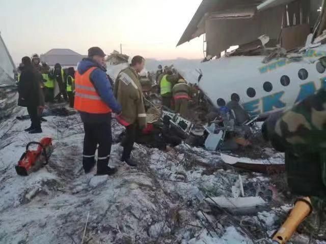 哈萨克斯坦失事飞机23年前的照片显示机身断裂。