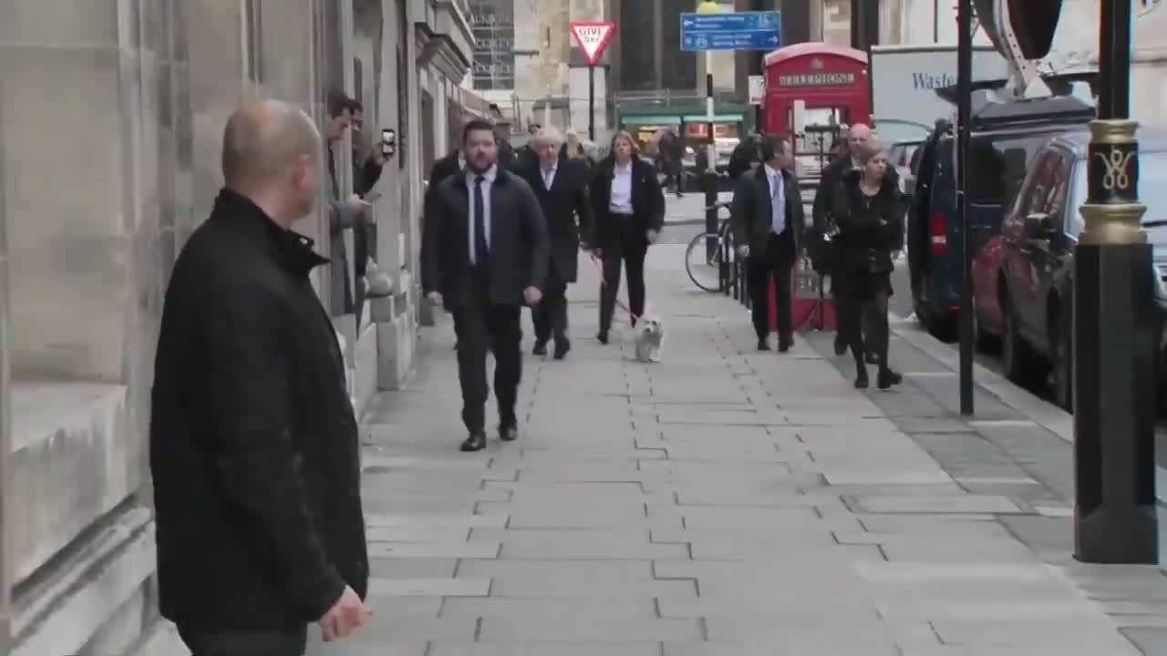 英国大选日,首相约翰逊牵着狗狗前往投票站投票