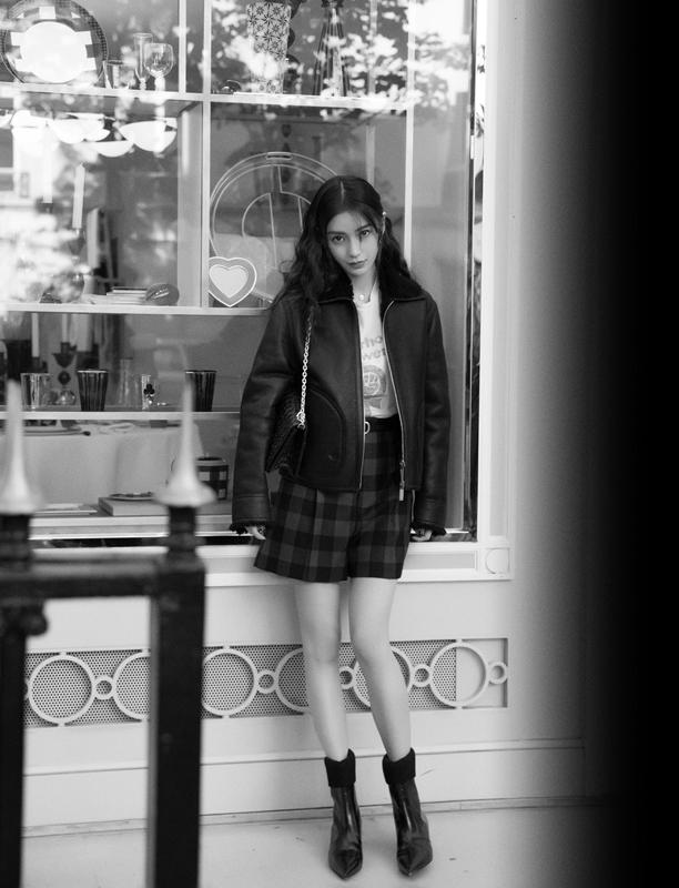 Angelababy到达巴黎赴时装周黑红皮衣搭配成街头亮色