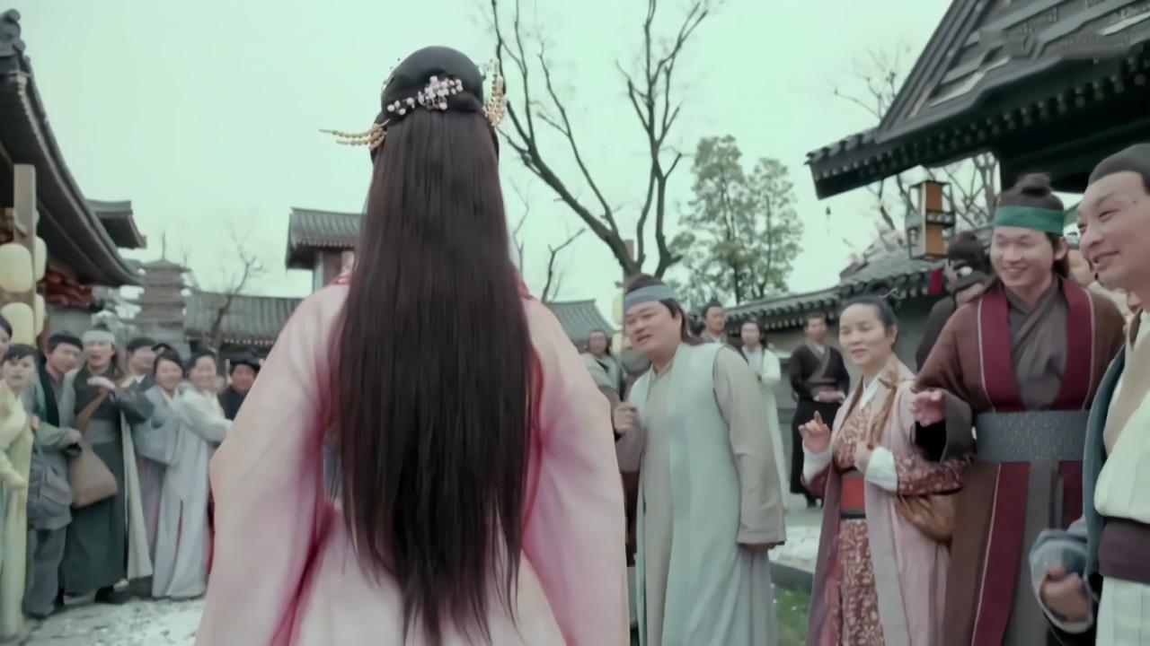 老爷新娶了房小妾,不料因容貌美艳动人,全城百姓都跑来围观