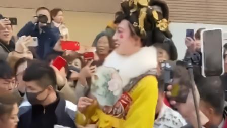 不倒翁小姐姐亮相大明宫 由于观众太热情场面失控