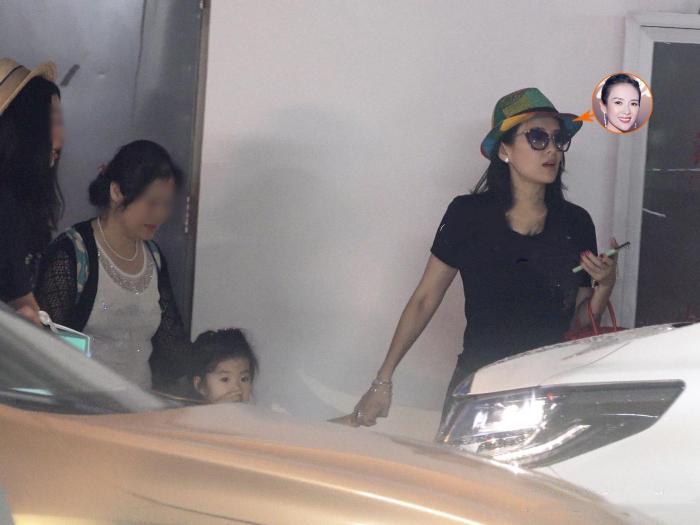 章子怡携醒醒出行无孕相,保姆车内竟无儿童座椅太失责