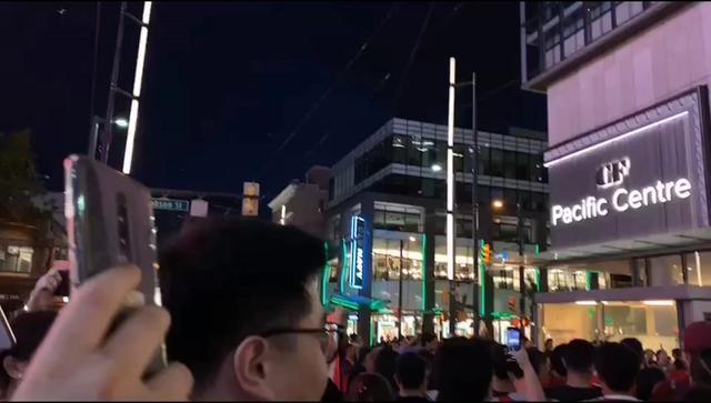 温哥华爱国人士唱国歌抗议港独游行!并打出爱中国,爱香港,反港独反暴力的标语