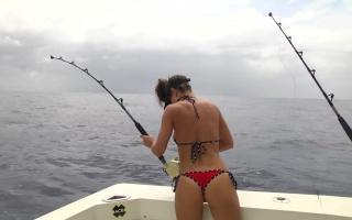 美女穿泳装才能钓到大鱼吗?阴天坐船出海,鱼有半个人那么长