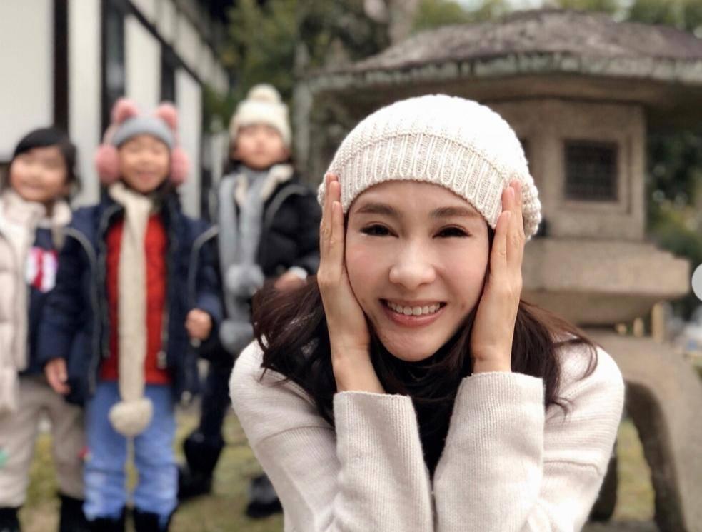 48岁黎姿与三个女儿合体庆圣诞,招牌笑容仍未改变