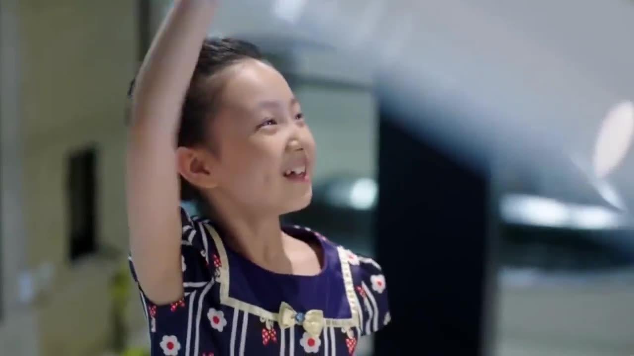 小女孩在商场试弹钢琴,谁料女孩一开弹,立马吸引商场所有人目光