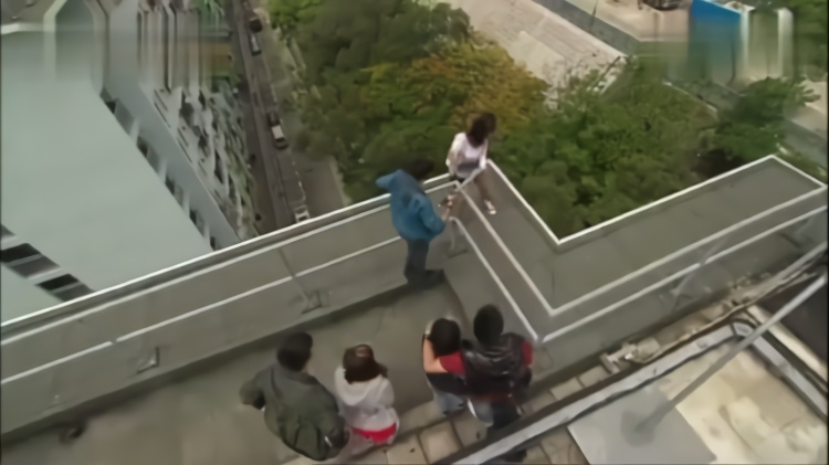 法网狙击:小伙简直丧心病狂,把妹子逼上天台,却被法官看在眼里