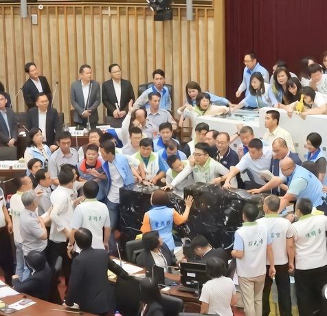 高雄议会爆冲突:这场流血大戏,韩国瑜在不在