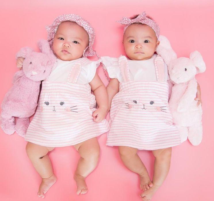 熊黛林双胞胎女儿成长史!怎么做到一个像爸爸一个像妈妈的?