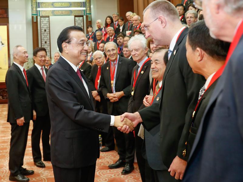 李克强会见外国专家和他们的亲属