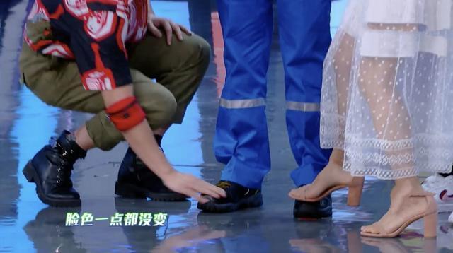 杜江录制节目踩劳保鞋,亲自用手将鞋印擦干净,被赞细节涵养高