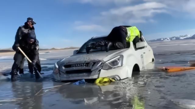 为了摄影,游客驾车坠入青海无人区冰湖