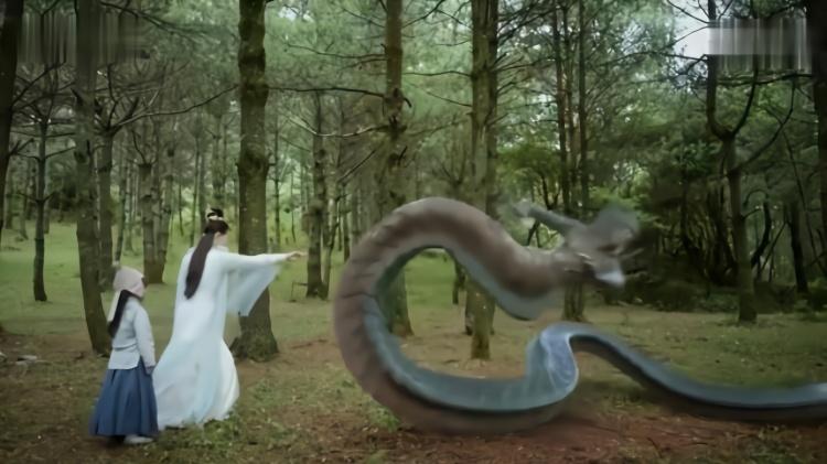 小男孩在树林里迷路,碰见大怪兽,关键时刻姑娘出手相救