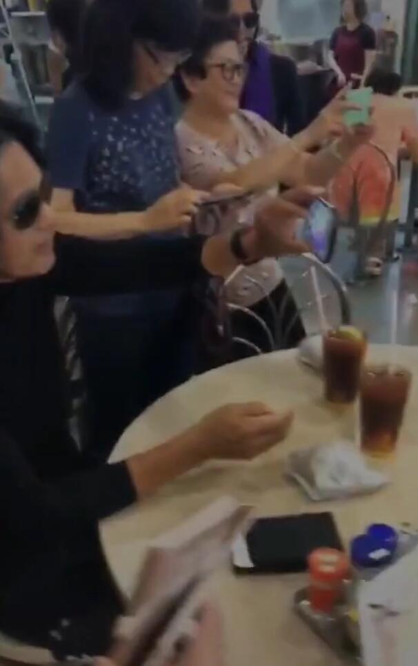周润发元彪闹市聚餐,被阿姨粉包围亲自举手机合照