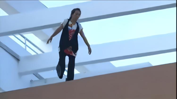 50岁大妈要跳楼,美女本想劝一下,没想到要跳楼的是妈妈