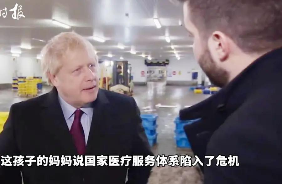 4岁男孩疑患肺炎,被迫睡在医院地板上 记者追问英国首相感想