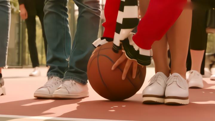 男生们打篮球,球落在校花脚边,校花弯腰捡起一瞬间男生们沸腾了