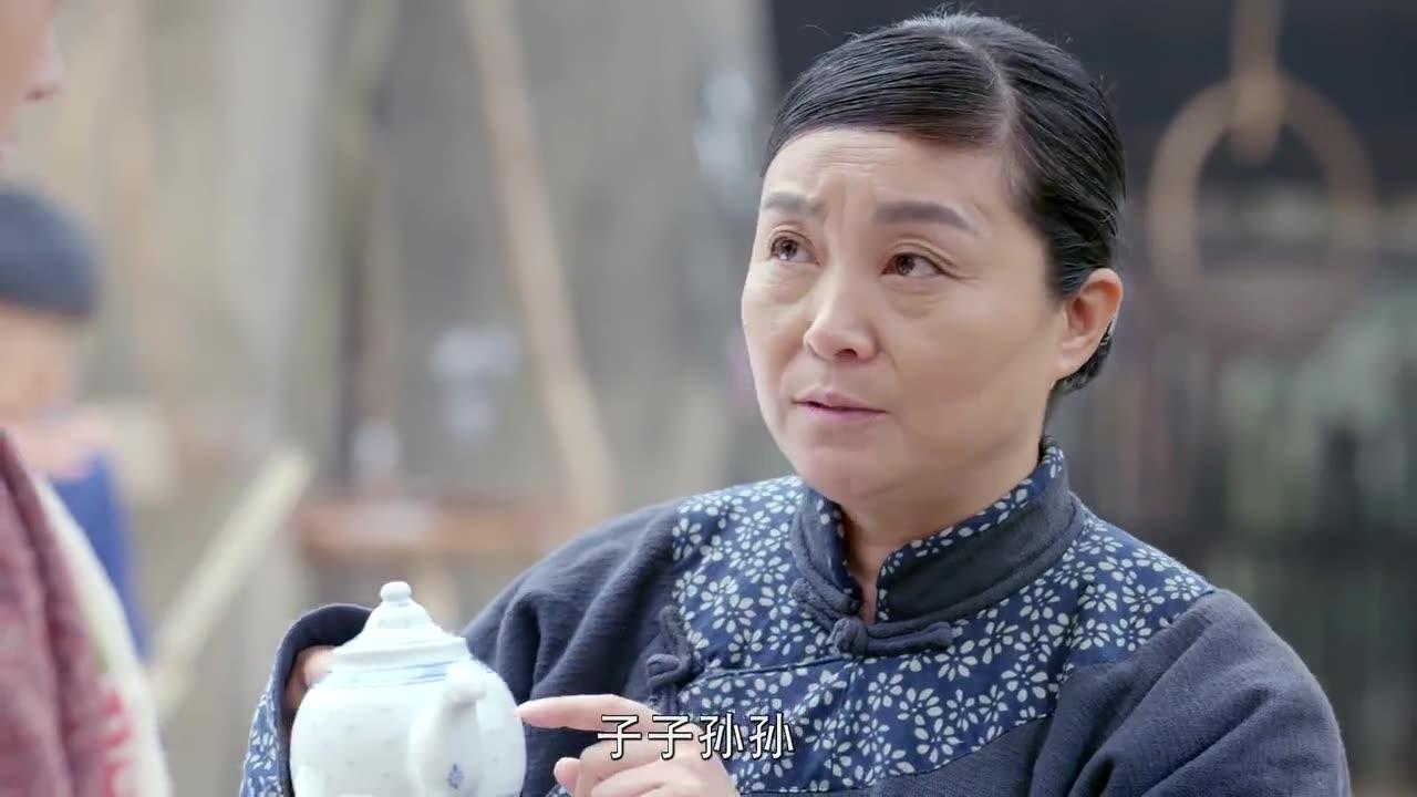 美女还是个黄花大闺女 ,大妈怕她不开窍,拿个茶壶教她生子秘诀
