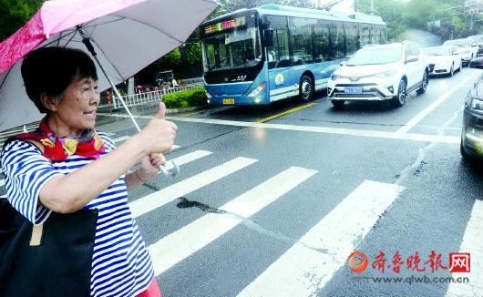 竖起的大拇指是街头最美风景 首批参与者走上街头率先垂范__凤凰网