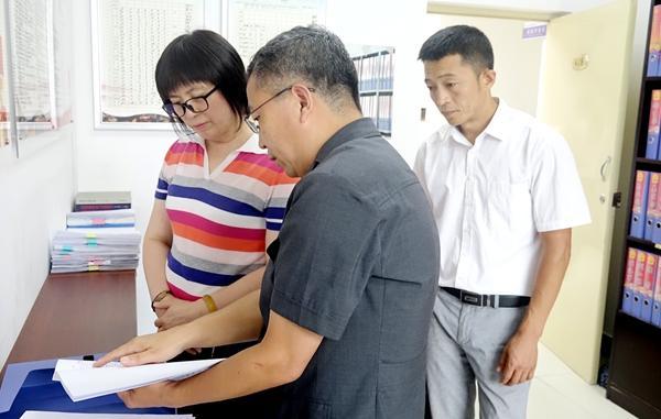 8月22日,子洲县委副书记韩金华到县人民法院调研指导此事