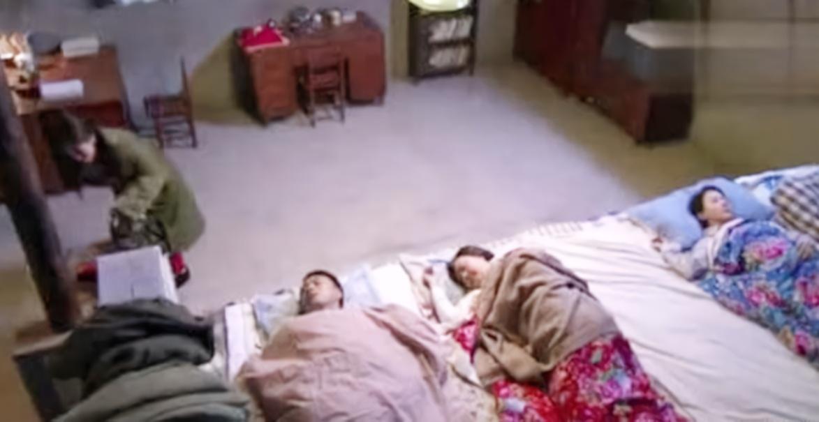 东北一家人同睡一个炕,两口子该怎么办?不说你可能想不到
