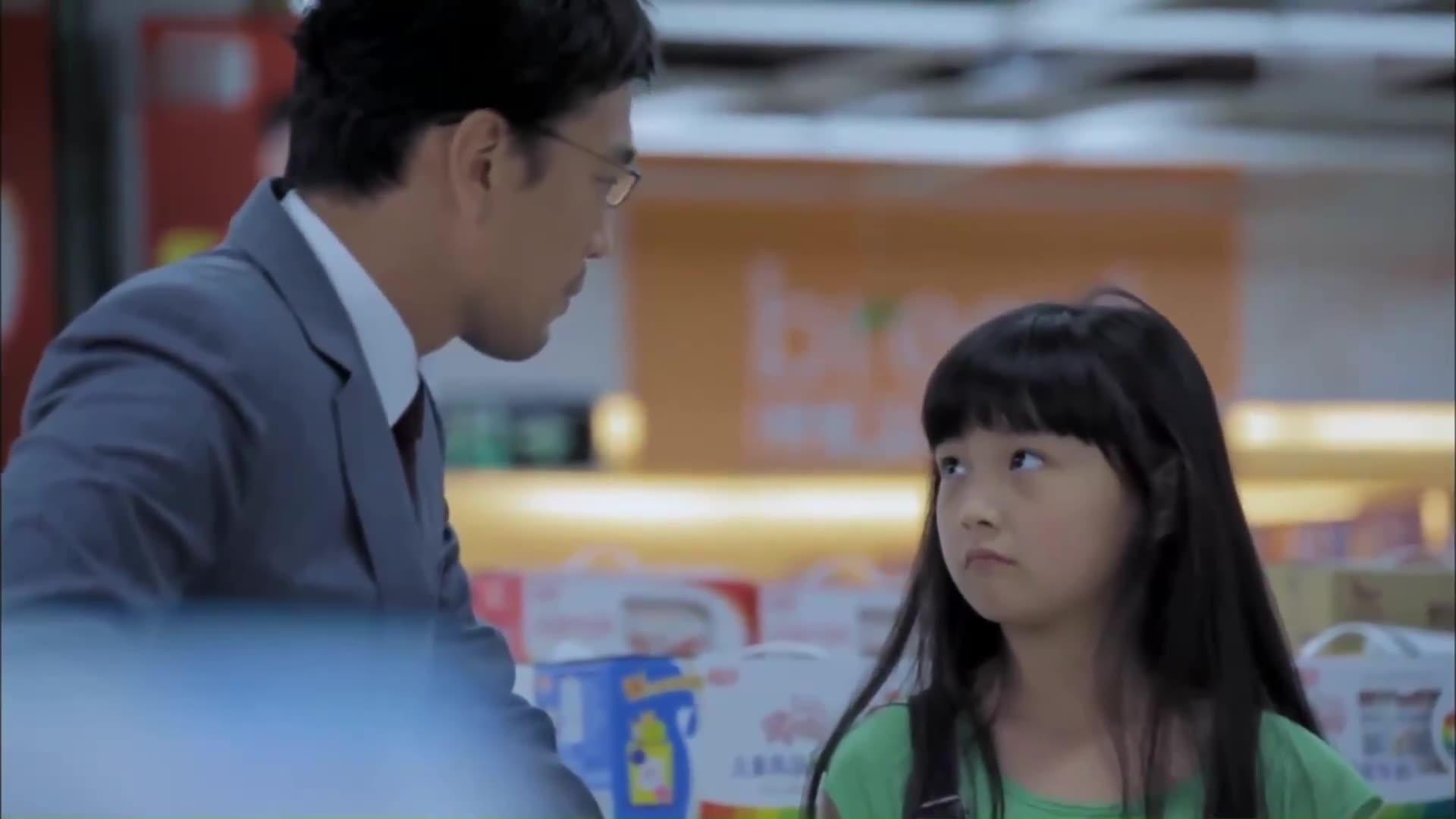 总裁爸爸带女儿逛街,不停追问女儿却不说话,酷女孩电话指责