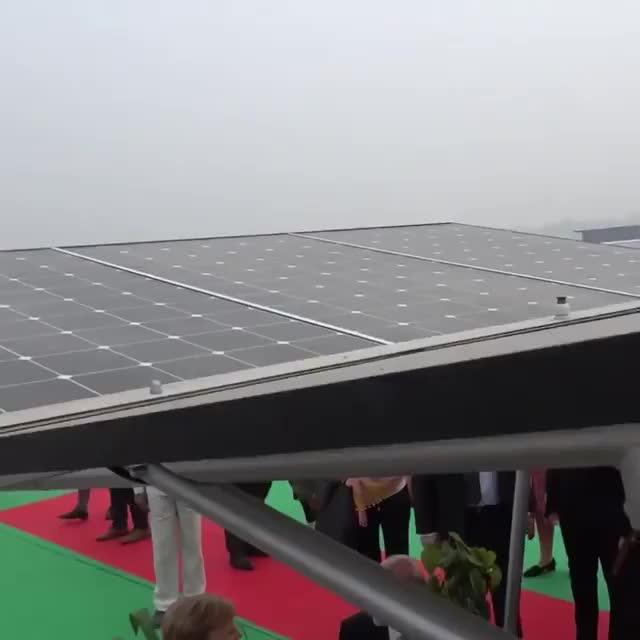 默克尔参观印度新德里安装了太阳能的地铁站
