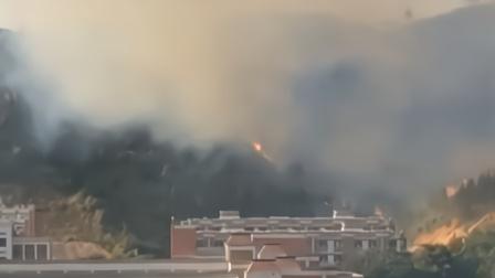 梅州一中学后面突发山火 大火几乎烧光整座山头