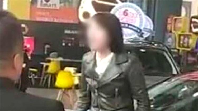 女车主坐引擎盖维权成网红 涉嫌违约被学校起诉