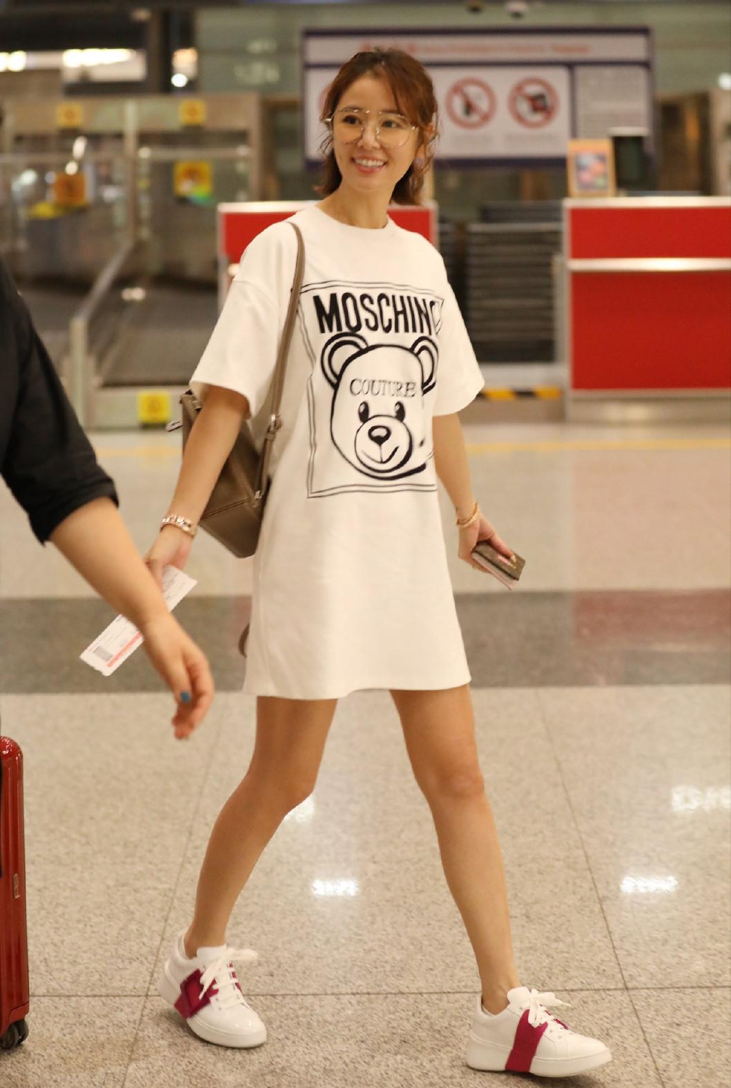 林心如现身机场,T恤裙配小白鞋,少女感十足