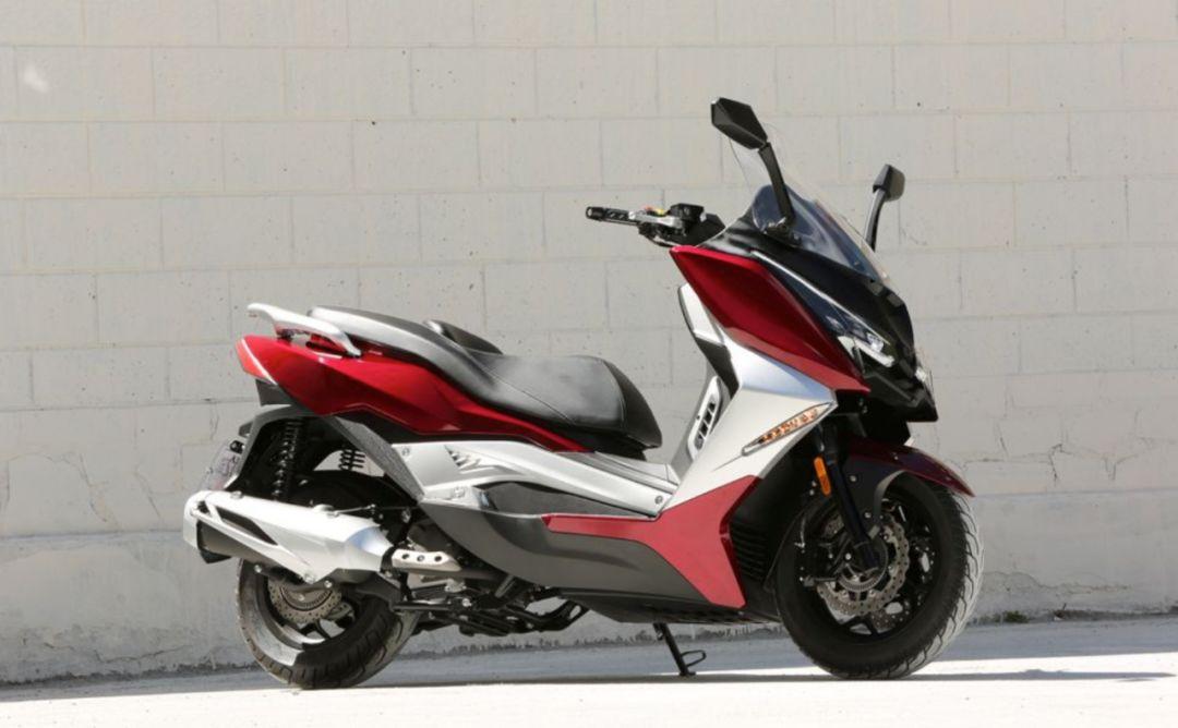国产又一300cc大踏板亮相,标配双碟刹博世ABS和无钥匙启动