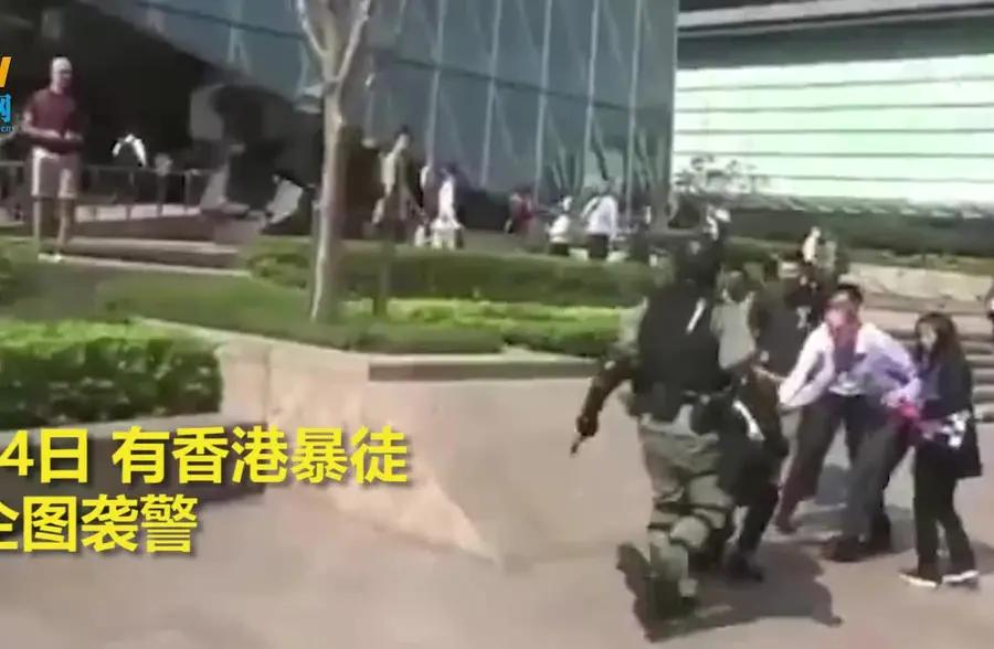 """香港暴徒企图袭警,不料遭阿Sir一招""""反杀"""""""