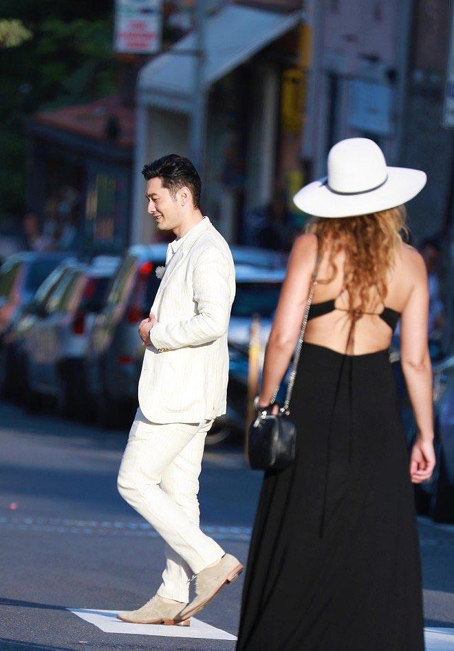 黄晓明化身白马王子,意大利遇金发美女,扮酷耍帅眼神亮了