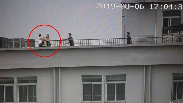 11层楼顶上演生死时速,海淀民警