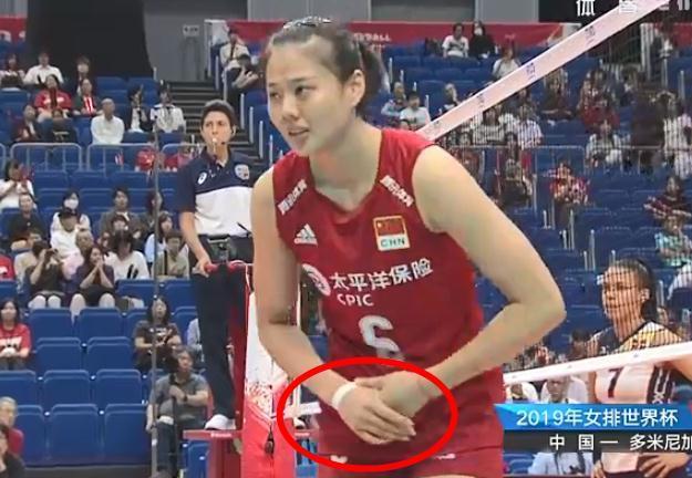 中国女排世界杯4连胜场场都是3比0,一画面证明有多拼