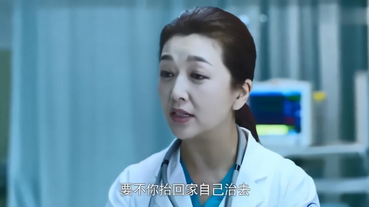 爆笑:大妈仗着有点常识就和医生叫板,主任:有本事抬回去自己治