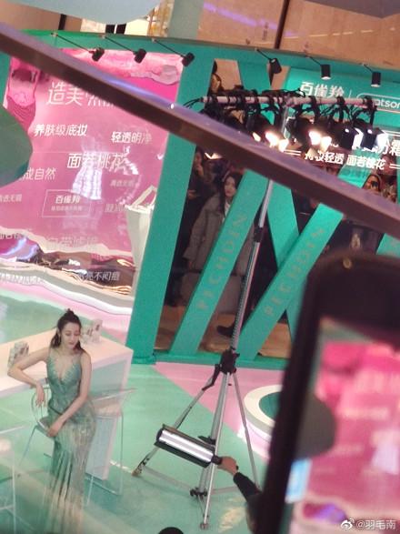 迪丽热巴 迪丽热巴现身上海出席活动 一袭绿色长裙身姿曼妙性感迷人