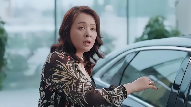 女儿撞车一撞就是个凯迪拉克,不料看到车主惊呆,都不关心下女儿