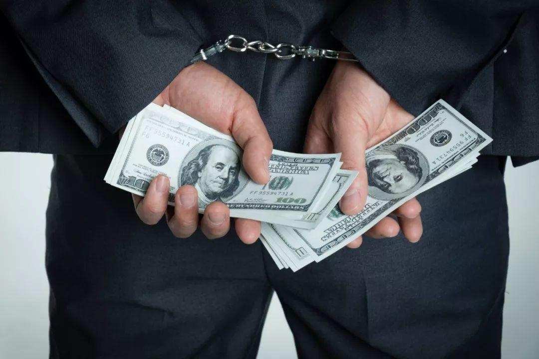 """为赚300万不义之财,女硕士""""勾结外人""""骗银行10亿"""